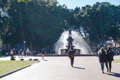 Οικογενειακός χρόνος στο πάρκο που λαμβάνεται στο Χάιντ Παρκ στο Σίδνεϊ Αυστραλία Στοκ φωτογραφίες με δικαίωμα ελεύθερης χρήσης