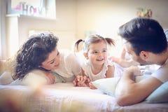 Οικογενειακός χρόνος στο πρωί Στοκ φωτογραφία με δικαίωμα ελεύθερης χρήσης