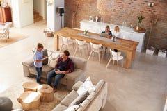 Οικογενειακός χρόνος στο σπίτι Στοκ Εικόνα