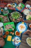 Οικογενειακός χρόνος: Ταϊλανδικό καυτό δοχείο ύφους σπιτικό Στοκ Εικόνα