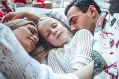 Οικογενειακός ύπνος αγάπης που βρίσκεται μαζί στο κρεβάτι στοκ φωτογραφίες με δικαίωμα ελεύθερης χρήσης