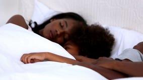 Οικογενειακός ύπνος σε ένα κρεβάτι απόθεμα βίντεο