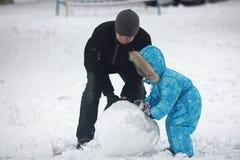 Οικογενειακός sculpts χιονάνθρωπος Στοκ Εικόνα