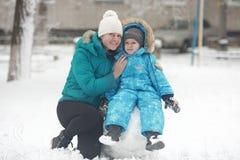 Οικογενειακός sculpts χιονάνθρωπος Στοκ φωτογραφία με δικαίωμα ελεύθερης χρήσης