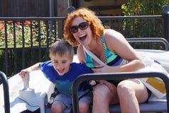Οικογενειακό γέλιο γύρου λούνα παρκ στοκ φωτογραφίες