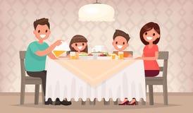 Οικογενειακό γεύμα Η μητέρα, ο γιος και η κόρη πατέρων κάθονται μαζί Στοκ φωτογραφία με δικαίωμα ελεύθερης χρήσης