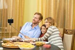 Οικογενειακό γεύμα, selfie Στοκ Εικόνες