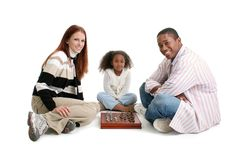 οικογενειακό διαφυλετικό παιχνίδι σκακιού στοκ φωτογραφίες με δικαίωμα ελεύθερης χρήσης