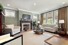 Οικογενειακό δωμάτιο με την ξύλινη εστία στοκ φωτογραφία με δικαίωμα ελεύθερης χρήσης