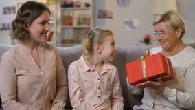 Οικογενειακό δόσιμο παρόν στη γιαγιά, τα γενέθλια εορτασμού μαζί, την αγάπη και την προσοχή απόθεμα βίντεο