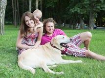 οικογενειακό ευτυχές πάρκο Στοκ φωτογραφία με δικαίωμα ελεύθερης χρήσης