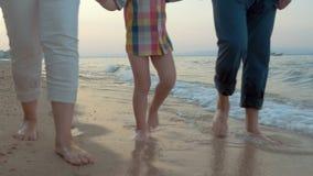 οικογενειακό ευτυχές περπάτημα παραλιών φιλμ μικρού μήκους