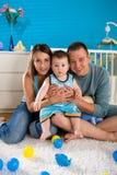 οικογενειακό ευτυχές σπίτι στοκ εικόνες με δικαίωμα ελεύθερης χρήσης