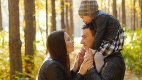 οικογενειακό ευτυχές & απόθεμα βίντεο