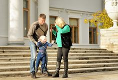οικογενειακό ευτυχές & στοκ εικόνα