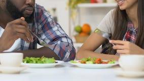 Οικογενειακό ζεύγος αναμιγνύω-φυλών που επικοινωνεί κατά τη διάρκεια του μεσημεριανού γεύματος, χόμπι ευχαρίστησης από κοινού απόθεμα βίντεο
