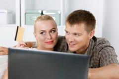 Οικογενειακό ζεύγος που κάνει τις αγορές μέσω Διαδικτύου Στοκ εικόνα με δικαίωμα ελεύθερης χρήσης