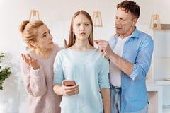 Οικογενειακό ζεύγος scoldign η νέα κόρη τους Στοκ φωτογραφία με δικαίωμα ελεύθερης χρήσης