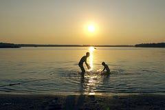 οικογενειακό ηλιοβασίλεμα Στοκ Εικόνα