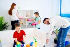 Οικογενειακό καθαρίζοντας σπίτι Στοκ φωτογραφία με δικαίωμα ελεύθερης χρήσης