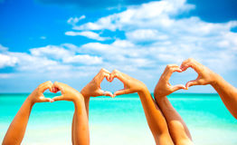 οικογενειακό καλές διακοπές καλοκαίρι σας Ευτυχής οικογένεια που κάνει τη μορφή καρδιών στοκ φωτογραφία με δικαίωμα ελεύθερης χρήσης
