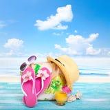 οικογενειακό καλές διακοπές καλοκαίρι σας Beachwear στο ξύλινο υπόβαθρο στοκ εικόνες