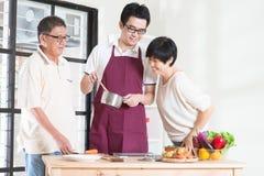 Οικογενειακό μαγείρεμα στοκ εικόνα με δικαίωμα ελεύθερης χρήσης
