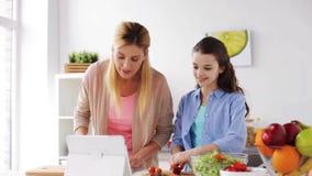 Οικογενειακό μαγειρεύοντας γεύμα που χρησιμοποιεί το PC ταμπλετών στην κουζίνα απόθεμα βίντεο