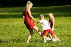 οικογενειακό παίζοντας ποδόσφαιρο στοκ φωτογραφία με δικαίωμα ελεύθερης χρήσης