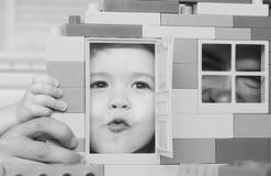 Οικογενειακό παιχνίδι και έννοια παιδικής ηλικίας Πατέρας και γιος Στοκ φωτογραφία με δικαίωμα ελεύθερης χρήσης