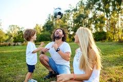 Οικογενειακό παιχνίδι με μια σφαίρα στο πάρκο Στοκ Εικόνα