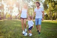 Οικογενειακό παιχνίδι με μια σφαίρα στο πάρκο Στοκ εικόνες με δικαίωμα ελεύθερης χρήσης