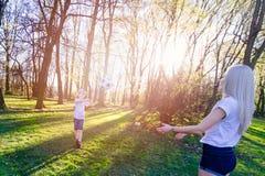 Οικογενειακό παιχνίδι με τη σφαίρα στο λιβάδι χλόης Στοκ φωτογραφίες με δικαίωμα ελεύθερης χρήσης