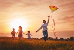 Οικογενειακό παιχνίδι υπαίθριο Στοκ φωτογραφία με δικαίωμα ελεύθερης χρήσης