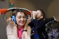 Οικογενειακό παιχνίδι με τα ακουστικά παιχνιδιών Στοκ Εικόνα