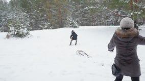 Οικογενειακό παιχνίδι με τη ρίψη των χιονιών το χειμώνα 96fps φιλμ μικρού μήκους