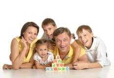 Οικογενειακό παιχνίδι με τους κύβους Στοκ Φωτογραφία