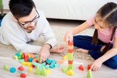 Οικογενειακό παιχνίδι με τους φραγμούς παιχνιδιών Στοκ φωτογραφία με δικαίωμα ελεύθερης χρήσης