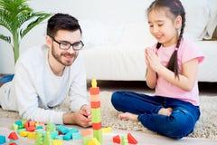 Οικογενειακό παιχνίδι με τους φραγμούς παιχνιδιών Στοκ Φωτογραφίες