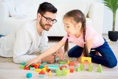 Οικογενειακό παιχνίδι με τους φραγμούς παιχνιδιών Στοκ εικόνα με δικαίωμα ελεύθερης χρήσης