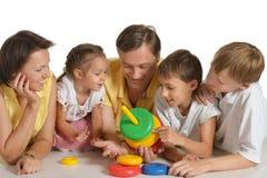 Οικογενειακό παιχνίδι με το παιχνίδι Στοκ εικόνες με δικαίωμα ελεύθερης χρήσης