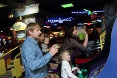 Οικογενειακό παιχνίδι σε ένα λούνα παρκ Στοκ Εικόνες