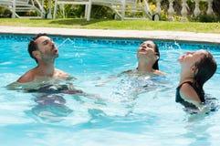 Οικογενειακό παιχνίδι στην πισίνα στοκ εικόνες