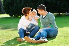 Οικογενειακό παιχνίδι στη χλόη Στοκ εικόνες με δικαίωμα ελεύθερης χρήσης
