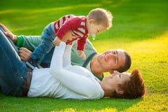 Οικογενειακό παιχνίδι στη χλόη Στοκ φωτογραφίες με δικαίωμα ελεύθερης χρήσης