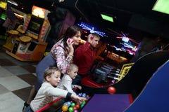 Οικογενειακό παιχνίδι στο λούνα παρκ Στοκ Εικόνες