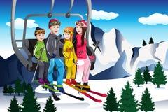 Οικογενειακό πηγαίνοντας να κάνει σκι συνεδρίαση σε έναν ανελκυστήρα Στοκ Φωτογραφία