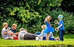 Οικογενειακό πικ-νίκ μια καυτή θερινή ημέρα Στοκ Εικόνες