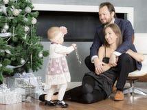 Οικογενειακό πορτρέτο κοντά στο χριστουγεννιάτικο δέντρο Στοκ Εικόνες