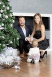 Οικογενειακό πορτρέτο κοντά στο χριστουγεννιάτικο δέντρο Στοκ Εικόνα